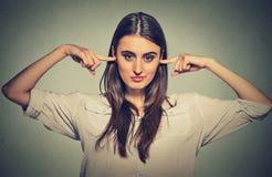 Kvinnan som pluggar öron, önskar inte att lyssna Royaltyfria Foton