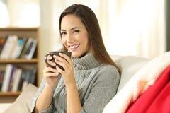 Kvinnan som poserar rymma ett kaffe, rånar i vinter Royaltyfria Bilder