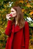 Kvinnan som rymmer det nya äpplet till att äta royaltyfri fotografi
