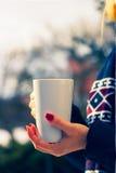 Kvinnan som rymmer ett kokhett, rånar av kaffe Royaltyfri Foto