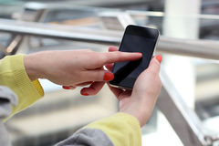 Kvinnan som rymmer och använder det mobilt, ilar telefonen Fotografering för Bildbyråer