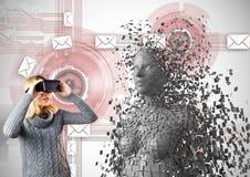 Kvinnan som ser 3d, spridde kvinnlign på VR-exponeringsglas Royaltyfri Foto
