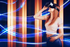 Kvinnan som ser med VR-apparaten, och känsla upphetsar och ler Flicka med exponeringsglas av virtuell verklighet Framtida teknolo Arkivbild