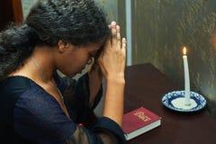 Kvinnan som ska bes hemma Fotografering för Bildbyråer
