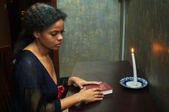 Kvinnan som ska bes hemma Royaltyfri Foto