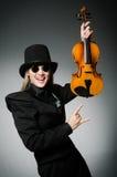 Kvinnan som spelar den klassiska fiolen i musik Fotografering för Bildbyråer