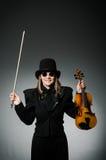 Kvinnan som spelar den klassiska fiolen i musik Arkivbild