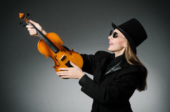 Kvinnan som spelar den klassiska fiolen i musik Royaltyfri Fotografi