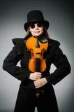 Kvinnan som spelar den klassiska fiolen i musik Arkivfoton