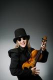Kvinnan som spelar den klassiska fiolen i musik Royaltyfri Foto