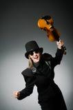 Kvinnan som spelar den klassiska fiolen i musik Arkivfoto