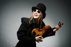 Kvinnan som spelar den klassiska fiolen i musik Royaltyfria Foton