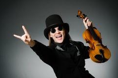 Kvinnan som spelar den klassiska fiolen i musikbegrepp Arkivfoton