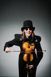 Kvinnan som spelar den klassiska fiolen i musikbegrepp Arkivbilder