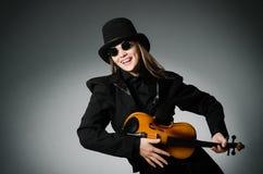 Kvinnan som spelar den klassiska fiolen i musikbegrepp Royaltyfri Bild