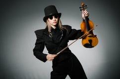Kvinnan som spelar den klassiska fiolen i musikbegrepp Royaltyfria Foton