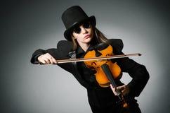Kvinnan som spelar den klassiska fiolen i musikbegrepp Royaltyfri Foto