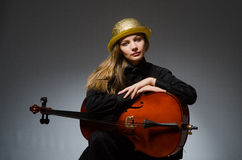 Kvinnan som spelar den klassiska violoncellen i musikbegrepp Arkivbilder
