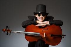 Kvinnan som spelar den klassiska violoncellen i musikbegrepp Royaltyfri Fotografi