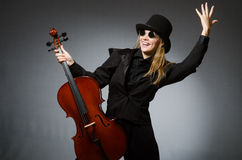 Kvinnan som spelar den klassiska violoncellen i musikbegrepp Arkivfoto