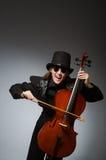 Kvinnan som spelar den klassiska violoncellen i musikbegrepp Royaltyfria Foton