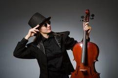 Kvinnan som spelar den klassiska violoncellen i musikbegrepp Arkivfoton