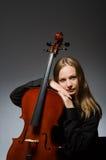 Kvinnan som spelar den klassiska violoncellen i musikbegrepp Royaltyfria Bilder