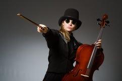 Kvinnan som spelar den klassiska violoncellen i musikbegrepp Arkivbild