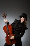Kvinnan som spelar den klassiska violoncellen i musikbegrepp Fotografering för Bildbyråer