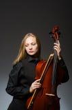 Kvinnan som spelar den klassiska violoncellen i musikbegrepp Royaltyfri Foto