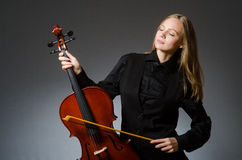 Kvinnan som spelar den klassiska violoncellen i musikbegrepp Royaltyfri Bild