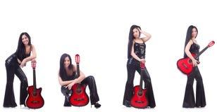 Kvinnan som spelar gitarren som isoleras på vit Arkivbilder