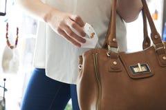 Kvinnan som stjäler smycken från, shoppar Royaltyfri Foto