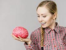Kvinnan som tänker och rymmer, fejkar hjärnan Arkivbilder