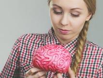Kvinnan som tänker och rymmer, fejkar hjärnan Royaltyfri Foto