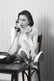 Retro kontorsarbetare med förvånadt uttryck arkivbilder