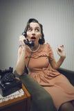 Kvinnan som talar på, ringer Royaltyfria Bilder