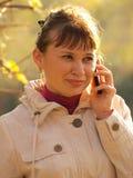 Kvinnan som by talar, ringer Royaltyfria Foton