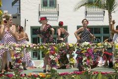 Kvinnan som utför flamencodans ståtar på, flötet under invigningsdag ståtar ner State Street, Santa Barbara, CA, gamla spanska da Arkivfoton