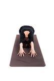 Kvinnan som utför yoga, övar Arkivfoto