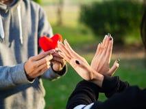 Kvinnan som vägrar röd hjärta, bildar mannen Bruten hjärta, förälskelse, sDay begrepp för valentin ' royaltyfria bilder