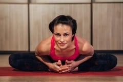 Kvinnan som visar Sukhasana, eller lätt yoga poserar arkivbild
