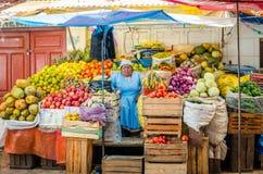 Kvinnan sover på marknaden Royaltyfria Bilder
