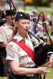 Kvinnan spelar säckpipa på vårfestivalen royaltyfria foton