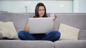 Kvinnan spenderar tid med en bärbar dator stock video