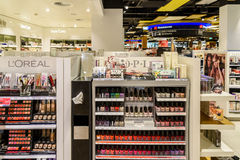 Kvinnan spikar polermedelprodukter som är till salu i skönhetsmedel, shoppar Arkivfoto