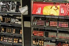 Kvinnan spikar polermedelprodukter som är till salu i skönhetsmedel, shoppar Royaltyfri Foto