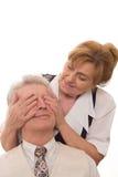 Kvinnan stänger henne ögon en man Royaltyfria Foton