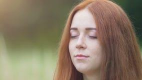 Kvinnan stänger troget ögon som känner tacksamhet till guduniversum, försiktig kvinnlig arkivfilmer