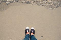 Kvinnan står på stranden Arkivfoto
